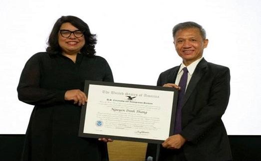 Hai người Mỹ gốc Việt vượt biển tị nạn được USCIS vinh danh